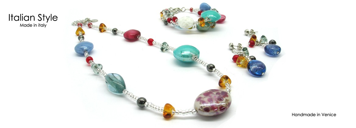 Parure in vetro di Murano Mod.Elena, con Collana (50 cm) in perle assortite (20 mm) Bracciale a tre fili (21 cm) e Orecchini (5 cm) con perle assortite (14 mm) disponibile in 4 colori,